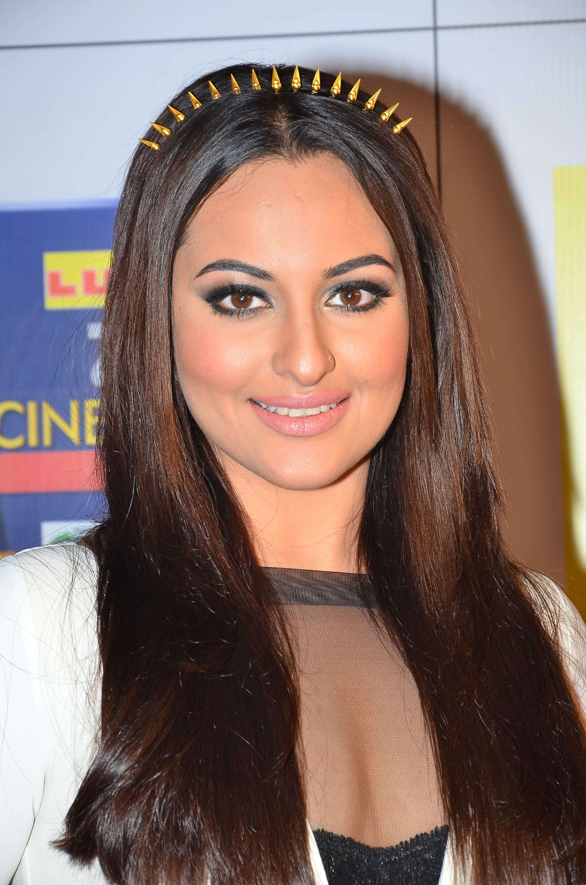 sonakshi sinha in amrapali hair band