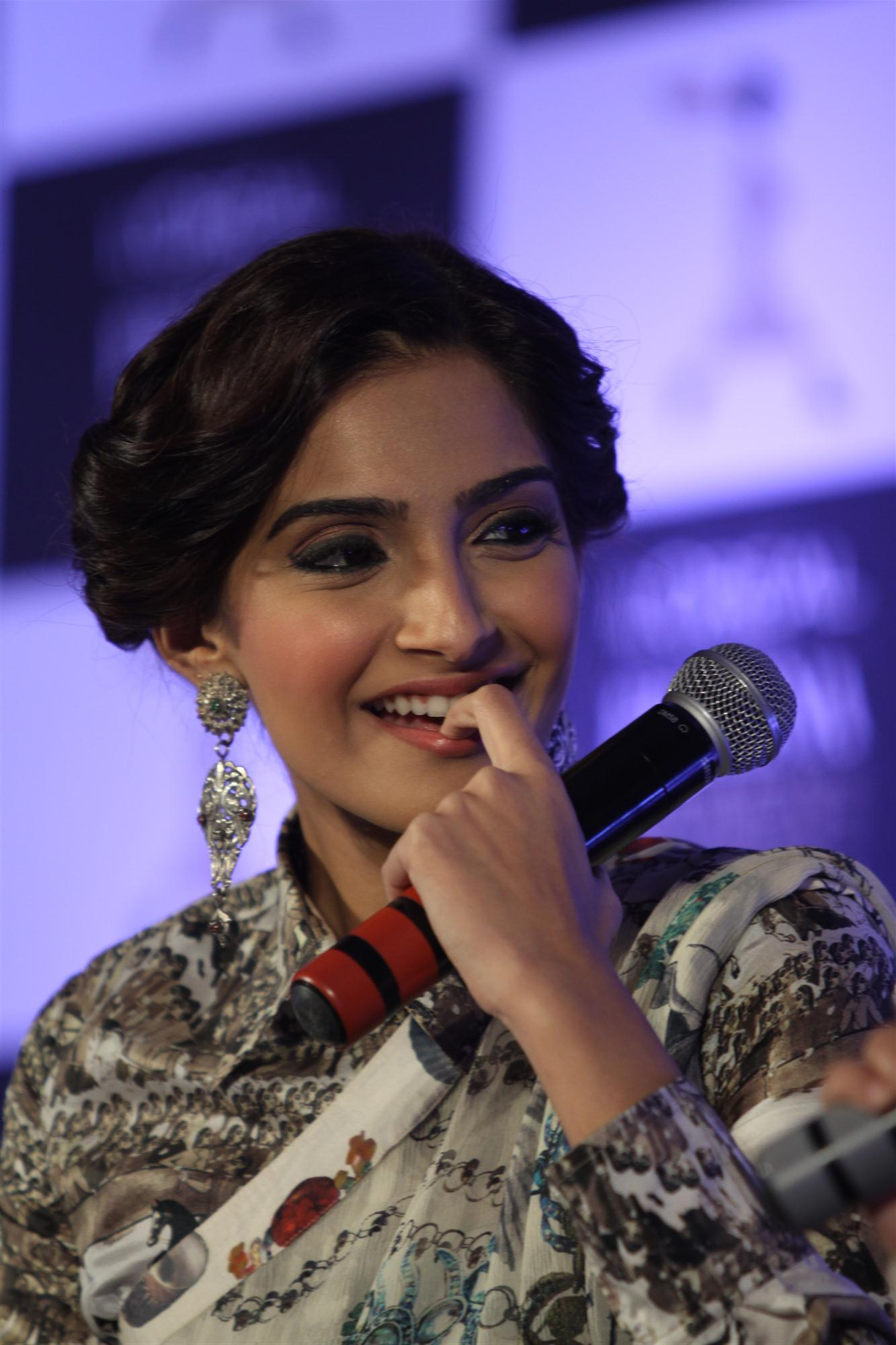 Sonam-Kapoor in fancy earring