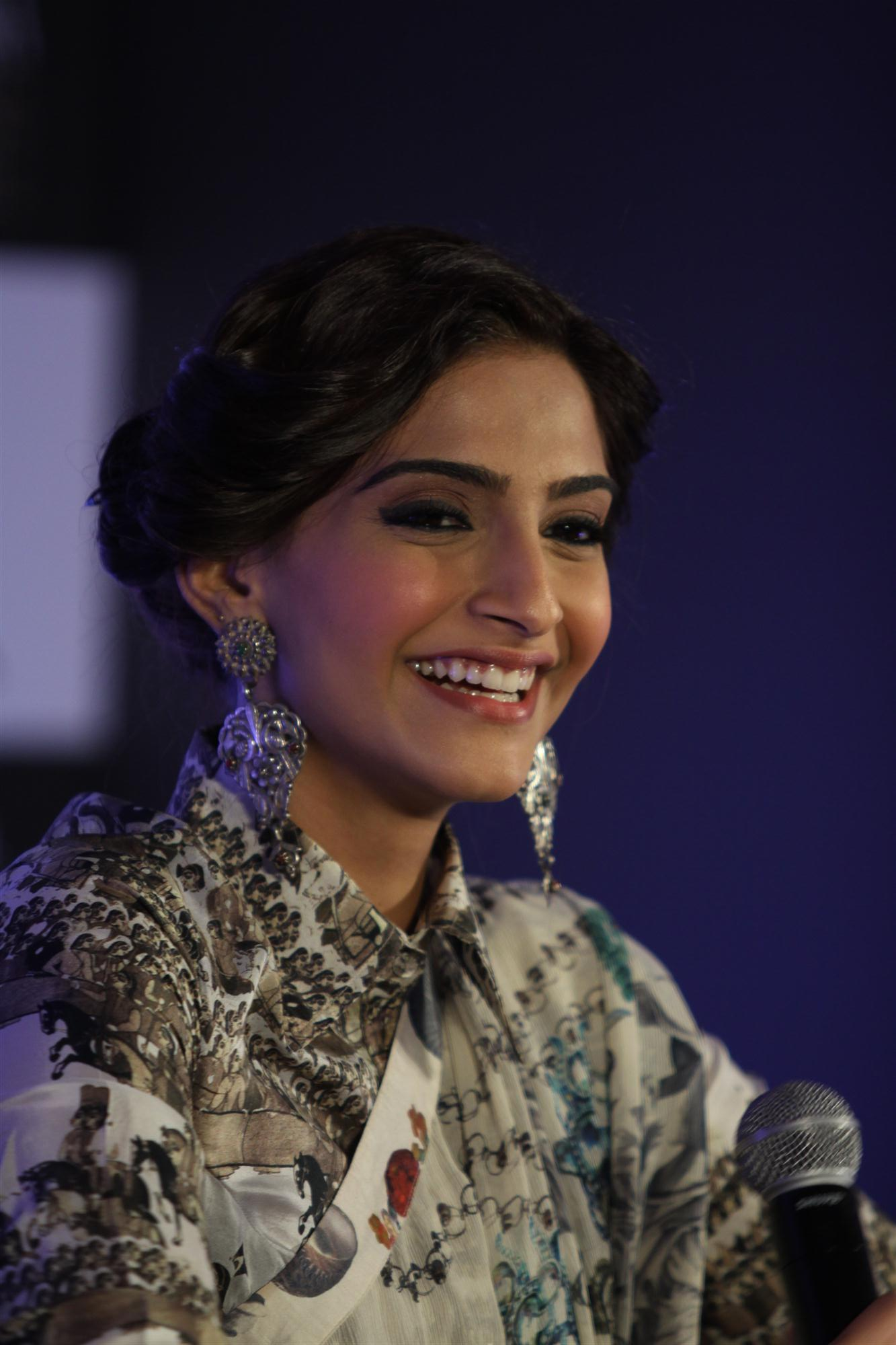 Sonam-Kapoor in fancy earrings