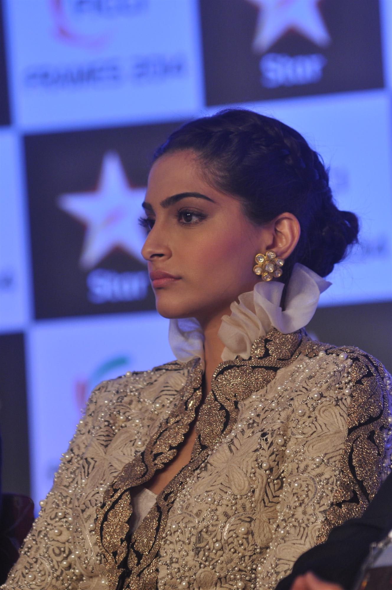 Sonam-Kapoor in poki earrings