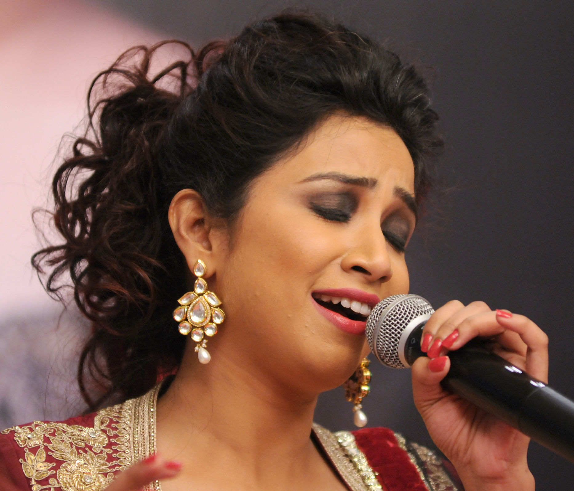 shreya ghoshal in kudan earrings - shreya-ghoshal-in-kudan-earrings